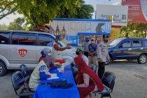 Polda Jatim lakukan tes cepat acak pengguna jalan di pos penyekatan
