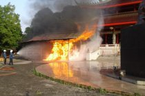 Bangunan tempat penyalaan lilin Kelenteng Sam Po Kong terbakar