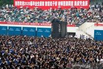 Tanpa masker, ribuan wisudawan rayakan kelulusan di Wuhan