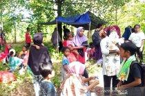 BPBD Maluku Tengah bantu warga yang menyelamatkan diri karena gempa