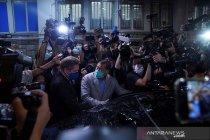 Seorang kolumnis ditangkap, tabloid Apple Daily berhenti terbit