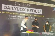 Risma ajak publik figur motivasi penerima manfaat di Bekasi