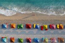 Wisatawan nikmati suasana pantai Ionia di Albania