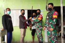 Seorang warga Kapuas Hulu serahkan senjata api rakitan ke TNI