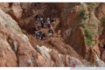 Enam penambang timah ilegal tertimbun longsor di Bangka, dua tewas