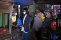 Forkompinda Batang lakukan patroli skala besar bagikan bantuan sembako