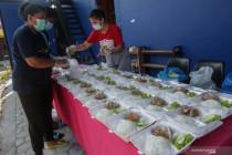 Aksi berbagi makanan untuk warga isoman