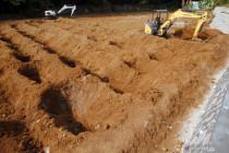 Bantuan alat berat untuk penggalian makam COVID-19