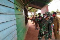 Satgas TNI melakukan penyemprotan disinfektan di perbatasan