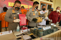 Polres Cianjur menangkap bandar modus tempel sabu-sabu dalam angkot