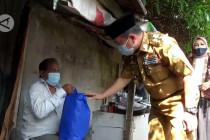 Gubernur Jambi bagikan sembako ke pelaku UMKM dan pedagang
