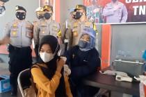Ratusan pendukung sepak bola di Cirebon Jalani vaksinasi