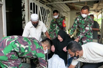 TNI bagikan kursi roda bagi warga terdampak COVID-19
