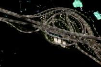 Pemandangan malam simpang susun bak roller coaster di China
