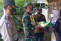 Polres Cirebon bagikan beras ke pengguna jalan