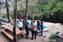 Satgas bongkar tenda di wisata perkemahan Kabupaten Bandung