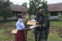 Satgas TNI beri baju seragam sekolah untuk siswa perbatasan