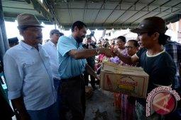 Mualem Serahkan 1.000 Paket Bantuan di Aceh Tenggara