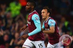 Gilas Stoke 3-0, West Ham tinggalkan zona degradasi