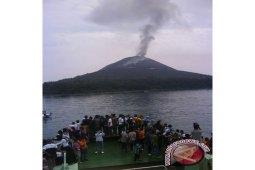 Gunung Anak Krakatau di Selat Sunda 153 kali meletus?