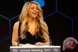 Shakira batalkan konser karena gangguan pita suara