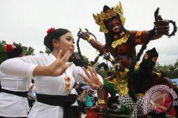Ratusan ogoh-ogoh berjejer di pinggir jalan Denpasar