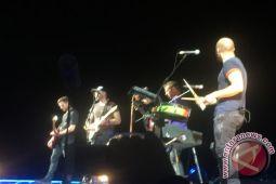 Coldplay kantongi triliunan rupiah dari tur konser