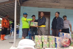 Personel Polres Pohuwato Bantu Evakuasi Korban Banjir