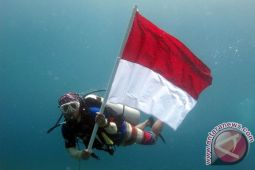 Pengibaran bendera dasar laut peroleh Rekor Muri