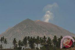 Kawah Gunung Agung retak akibat dorongan magma