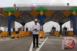 Jokowi naik truk susuri satu ruas Tol Trans Sumatera