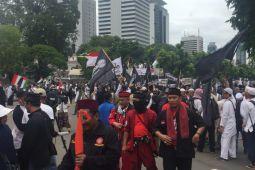 Demo Kedubes AS berhenti sejenak untuk shalat Dzuhur