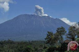 Asap Bercampur Abu Vulkanis Gunung Agung