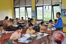 Siswa baru SD Penajam terima seragam sekolah gratis