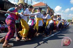 """Para ibu ambil bagian dalam tradisi """"mbed-mbedan"""" di Bali"""