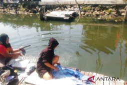 Warga Cirebon terpaksa gunakan air kotor sungai