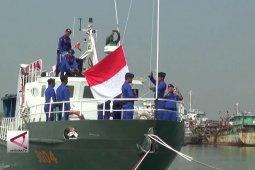 Polisi & Nelayan peringati hut RI di atas perairan Bojonegara