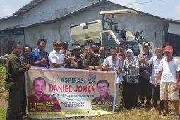 Daniel serahkan bantuan alsintan ke petani Ketapang