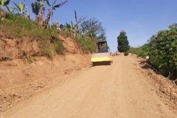 Satgas TMMD Terus Timbun Jalan Desa Yang Rusak