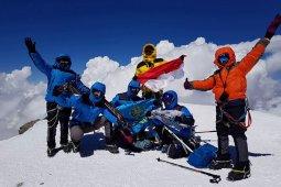 Kado Elpala SMA 68 dari puncak Elbrus Rusia untuk Indonesia