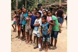 Tak hanya berlibur, keluarga Beckham juga main bersama anak-anak Sumba