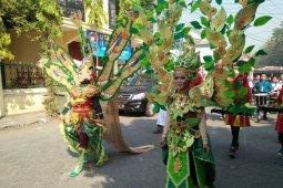 2.000 anggota pramuka karnaval kostum daur ulang di Thamrin