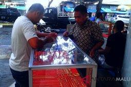Transaksi emas pedagang pinggir jalan sepi