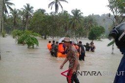 BPBD Nias Selatan bantu warga terjebak banjir