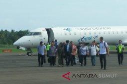 Menkumham penumpang perdana  Pesawat Garuda Jakarta - Nias