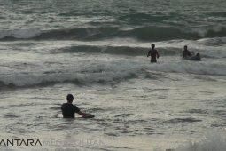 Perairan laut Sukabumi surga bagi peselancar