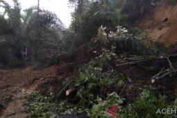 Longsor tutup jalan penghubung desa di Singkil