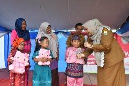 Bupati Masnah bercengkrama dengan anak usia dini di Bahar