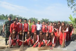 Dandim 0204/DS ikut bergotong royong bersama masyarakat dan pelajar