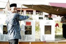 Nyoblos ke TPS, Bupati Nagan Raya boyong isteri, anak hingga menantu